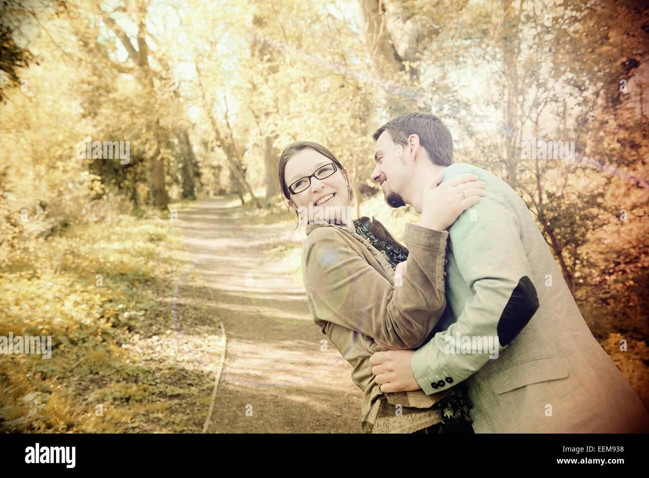 Los amantes abrazando al aire libre Imagen De Stock