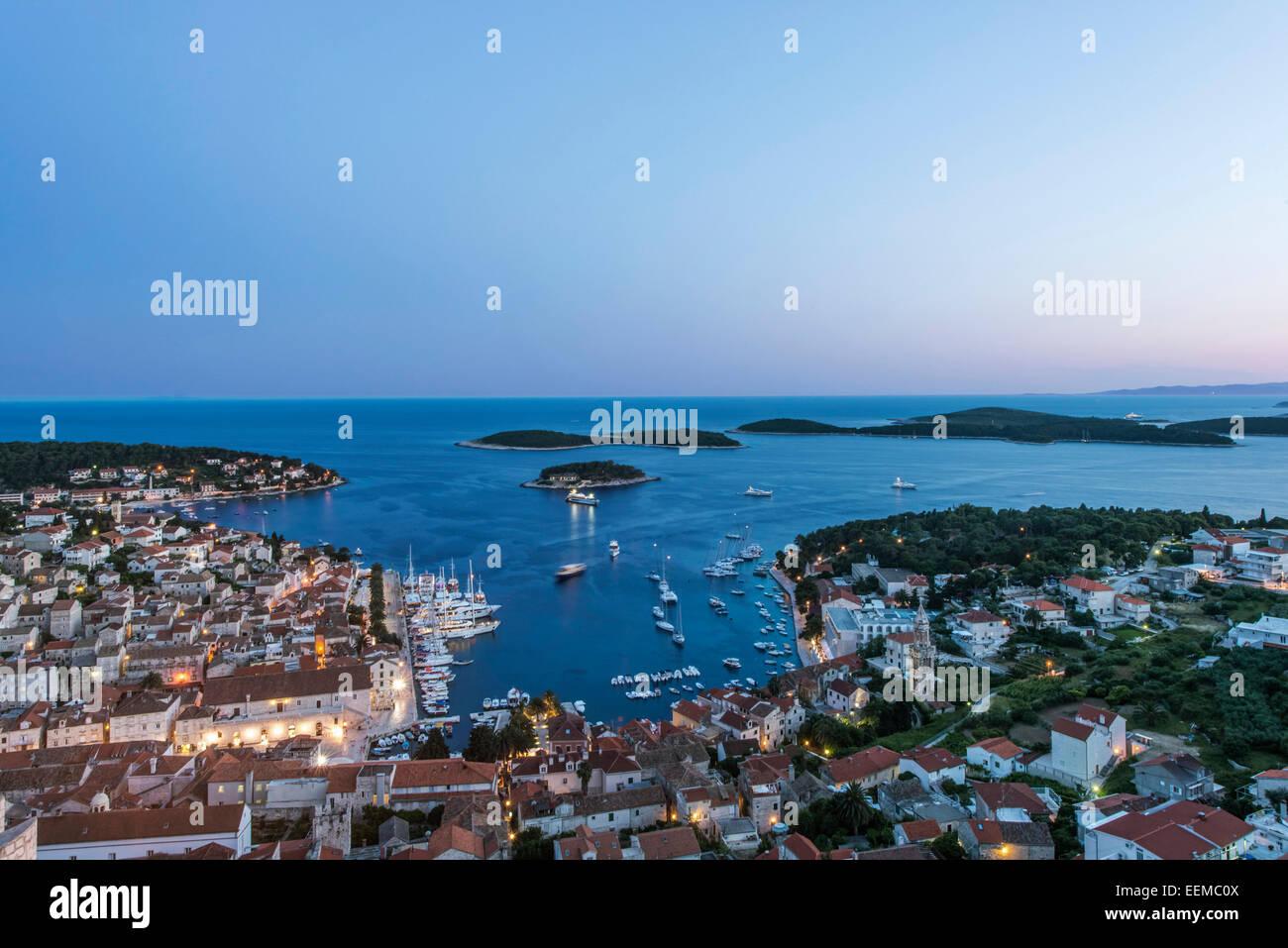Vista aérea de la ciudad costera de ladera, Hvar, Split, Croacia Foto de stock