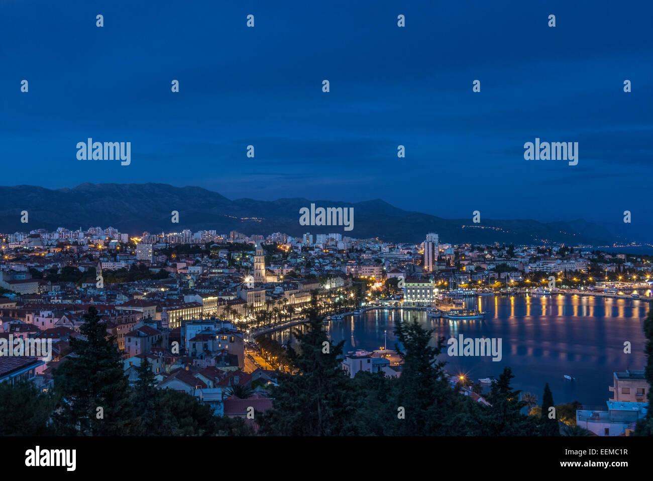 Vista aérea de la base iluminada y el paisaje urbano de la ciudad costera, Split, Split, Croacia Foto de stock