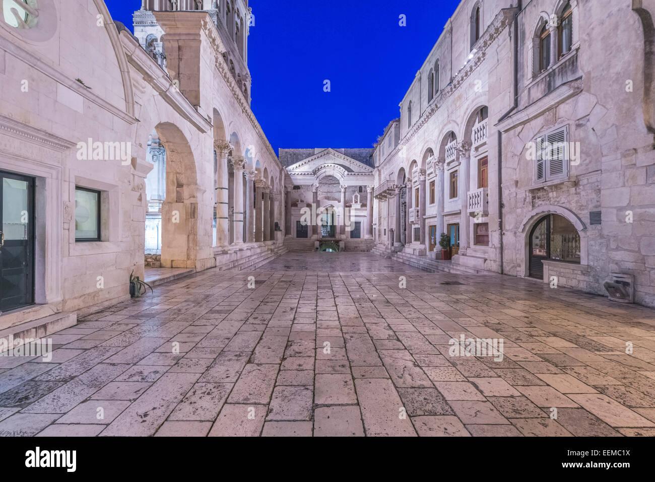 Los pueblos plaza entre edificios del Palacio de Diocleciano, Split, Split, Croacia Imagen De Stock
