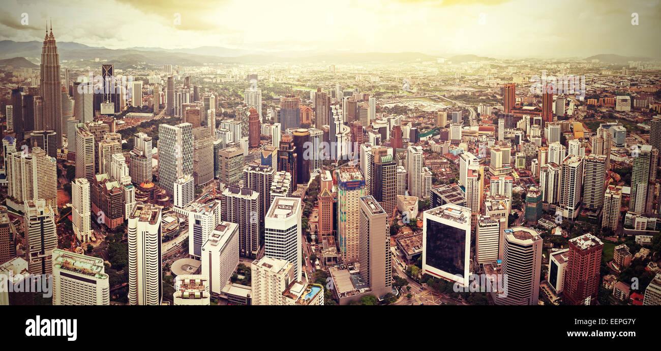 Filtra Retro horizonte de Kuala Lumpur, Malasia. Imagen De Stock