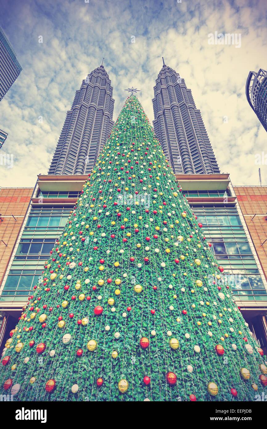 Árbol de Navidad estilo vintage, en Kuala Lumpur, Malasia. Imagen De Stock
