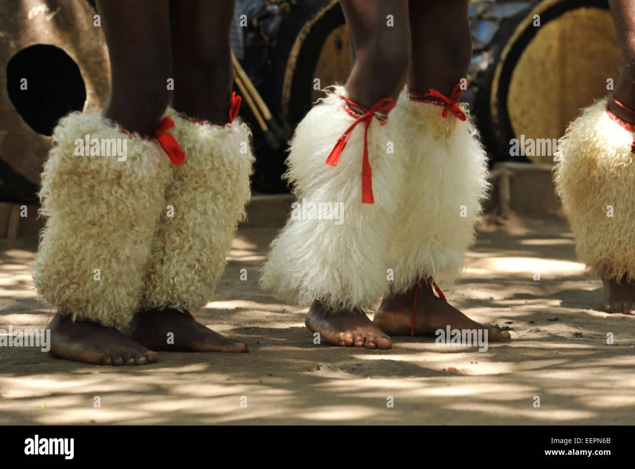 Matsamo, Swazilandia, gente, pies y piernas, bailarines Swazi, vestido de guerrero tradicional ceremonial, entretenimiento, Imagen De Stock