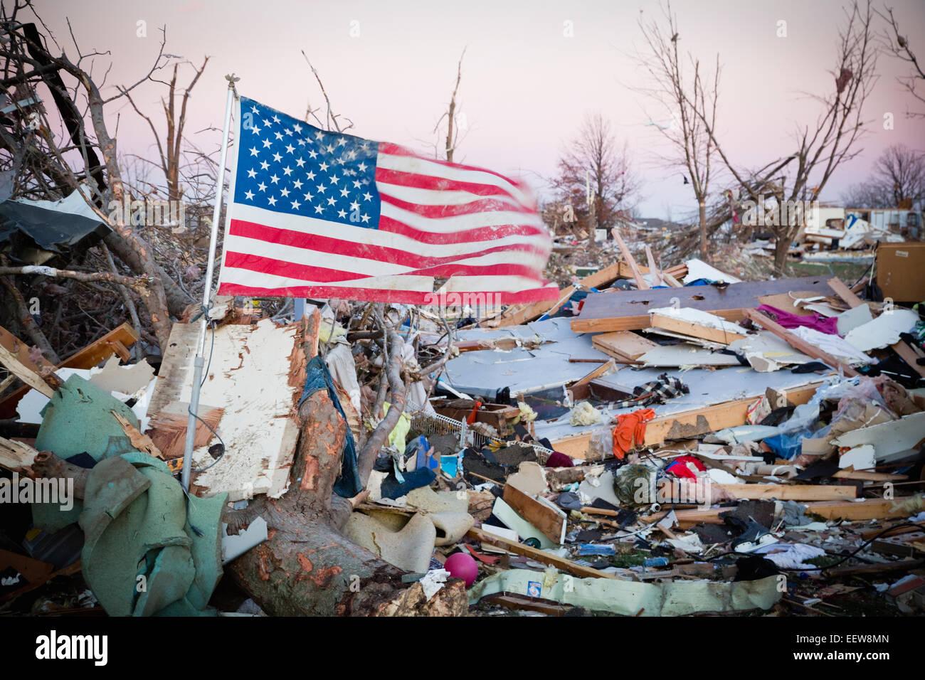 La bandera americana en escombros después de tornado Imagen De Stock