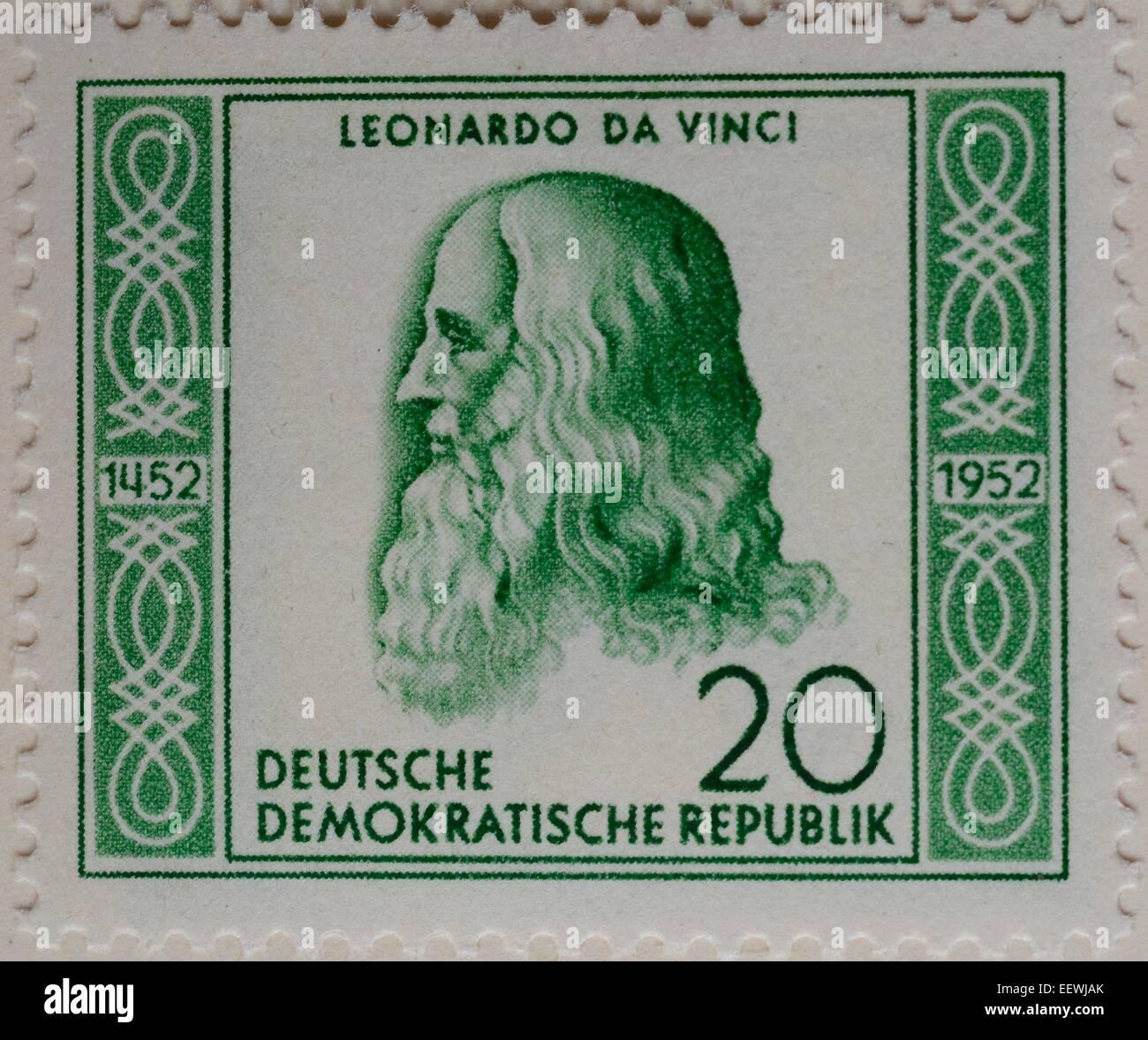 Leonardo da Vinci, artista e intelectual del renacimiento italiano, retrato de un sello alemán, RDA, 1952 Foto de stock