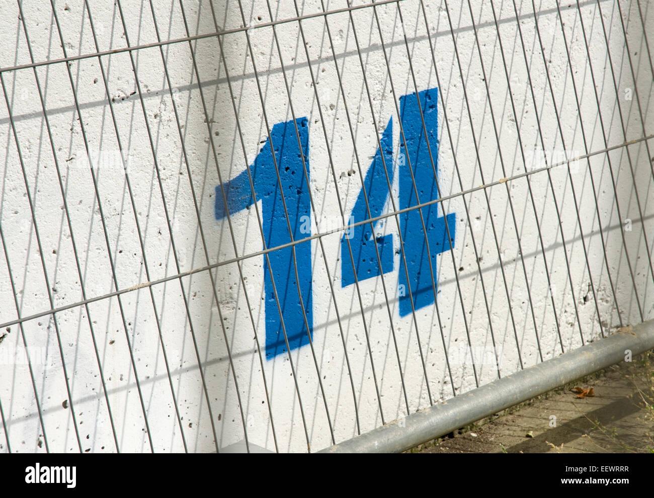 Número 14 14 pintadas en azul, mientras que en un muro de hormigón Imagen De Stock