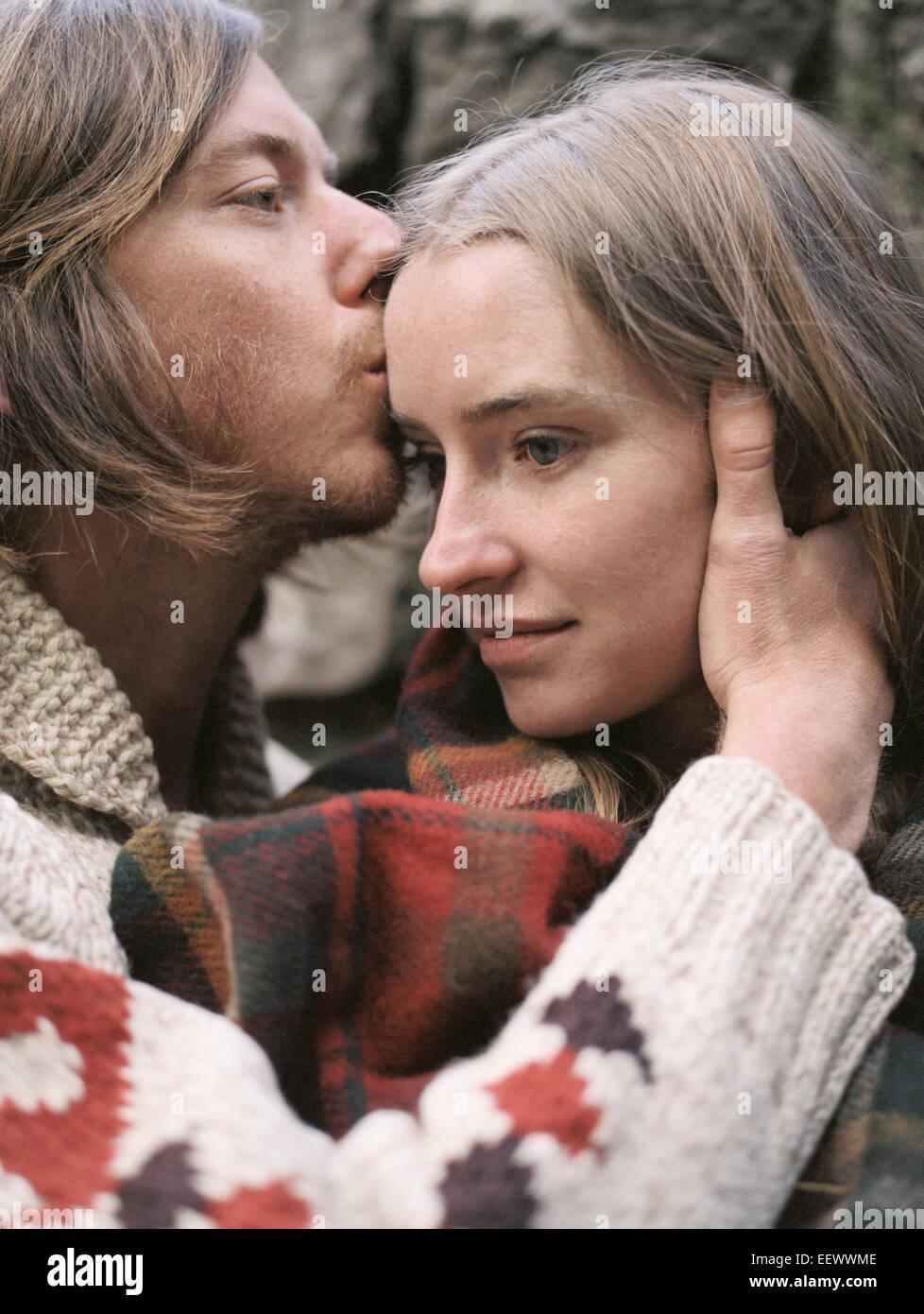 Joven pareja besándose. Imagen De Stock