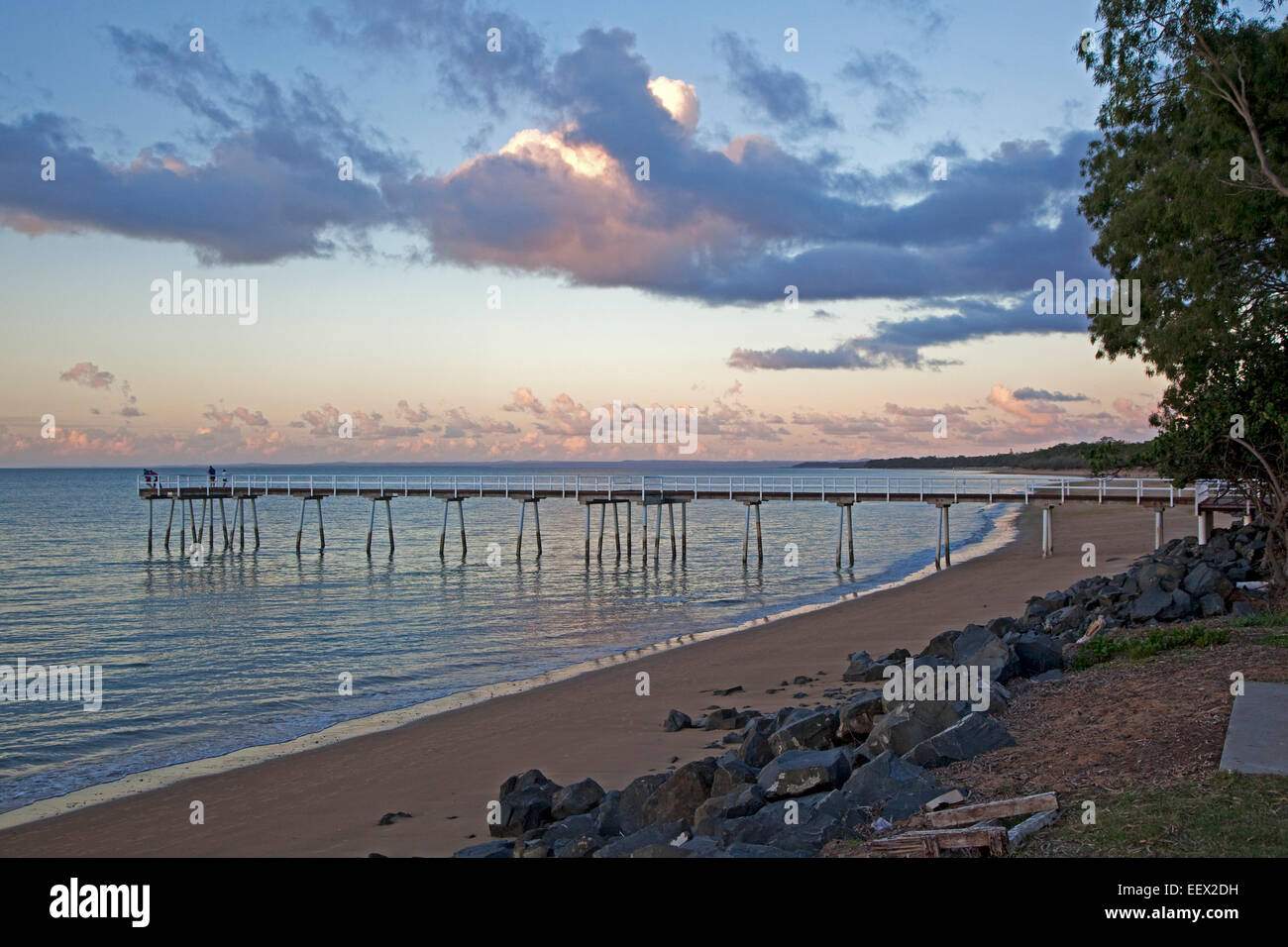 Embarcadero y playa de arena de la bahía de Hervey en Sunset, Queensland, Australia Foto de stock