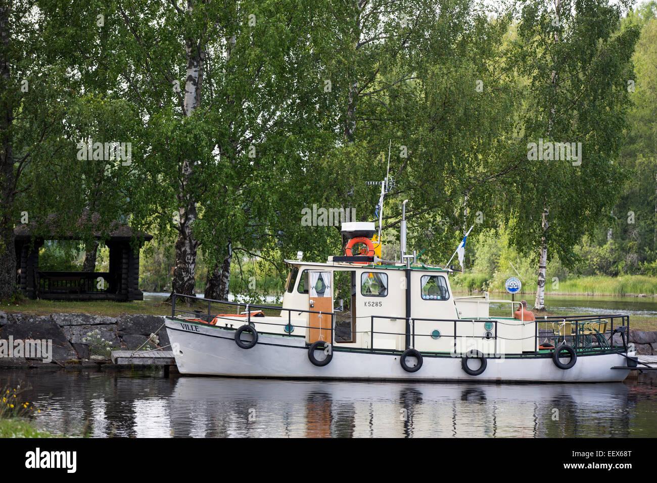 Pequeños e interiores antiguos tuck embarcación utilizada como barco turístico Konnuskosken kanava en Finlandia Foto de stock