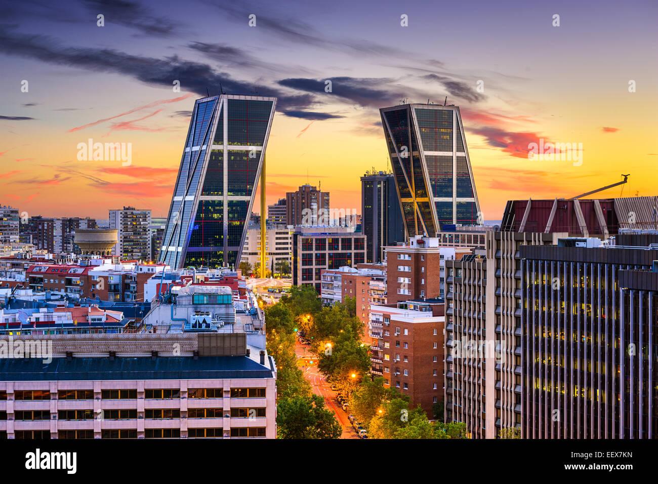 Madrid, España distrito financiero skyline en penumbra ve hacia el portón de la Plaza de Europa. Imagen De Stock