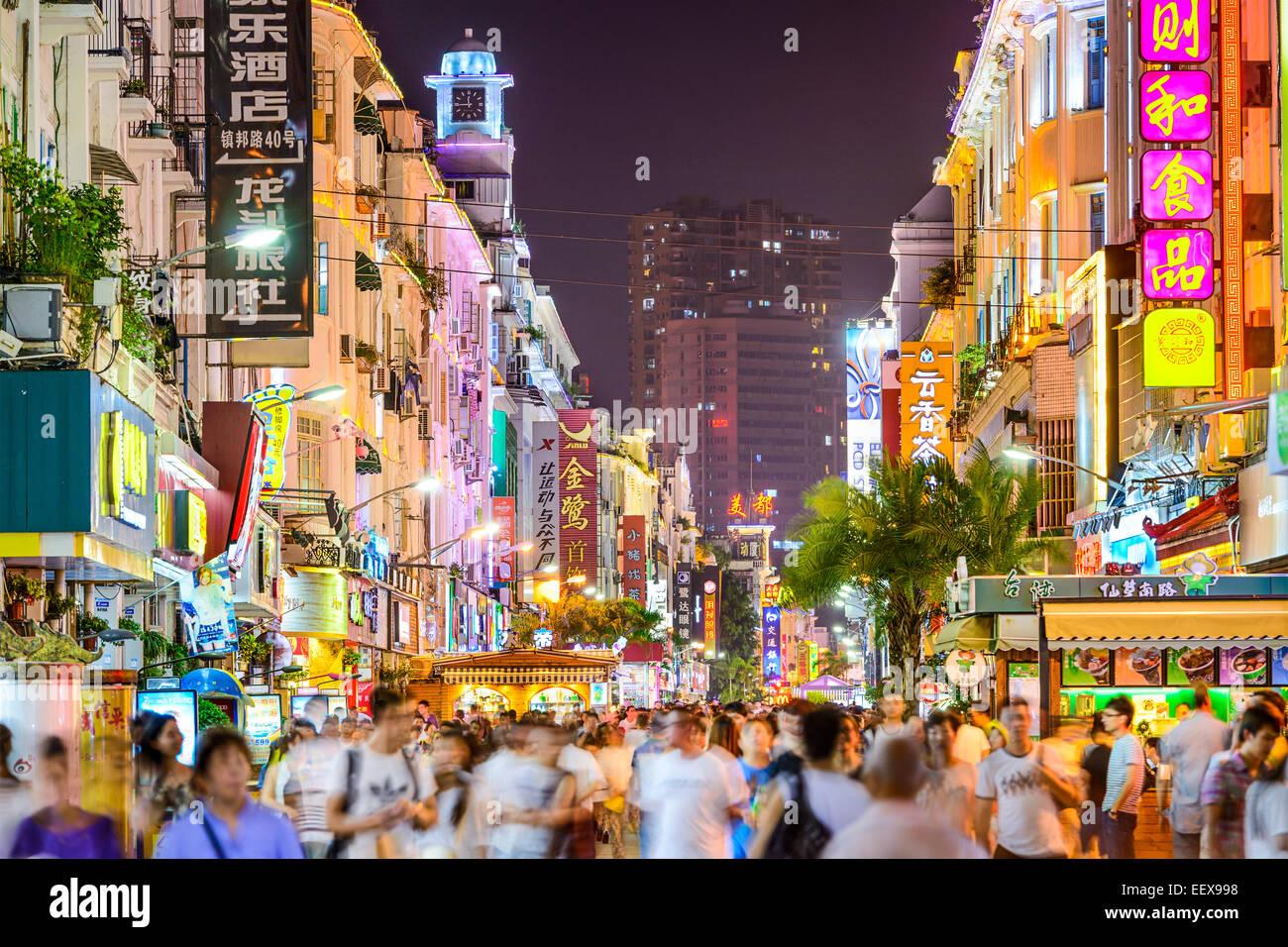 Los peatones caminar en Zhongshan Road en la noche en Xiamen, China. Imagen De Stock