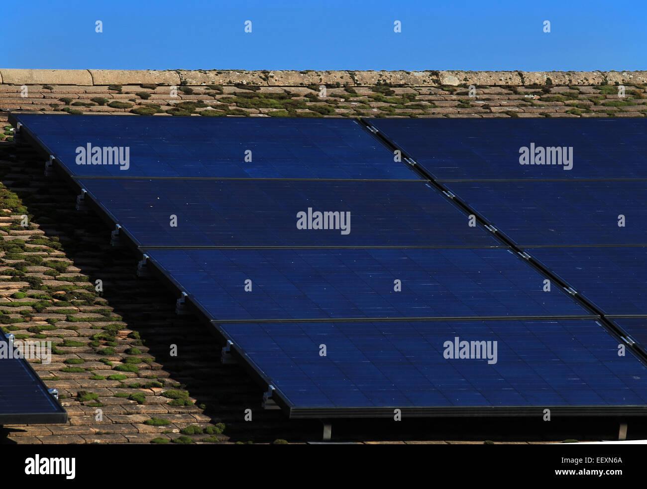 Energía renovable - paneles solares en el tejado de una casa residencial Imagen De Stock