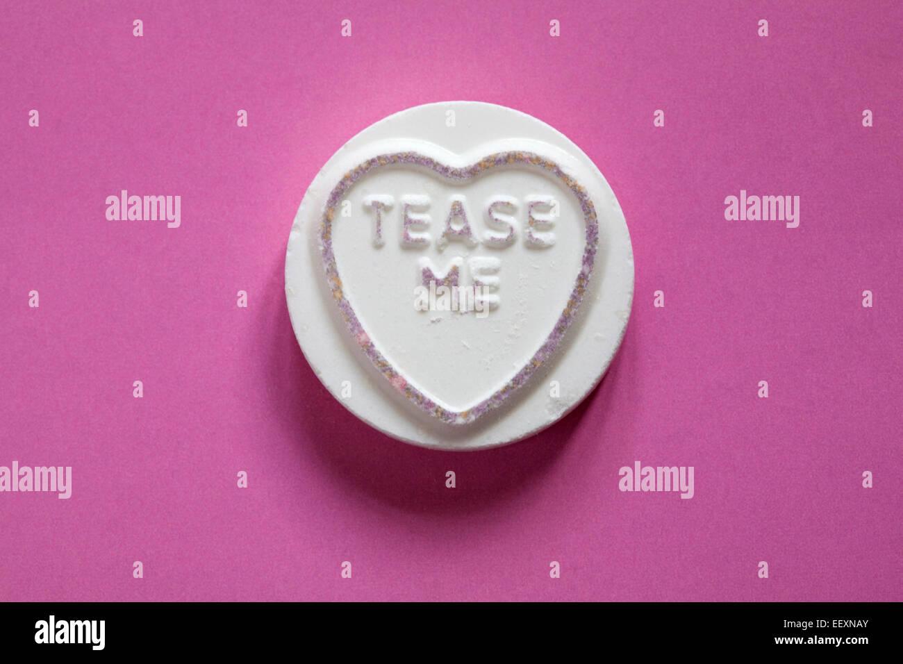 Amor gigante Matlow Swizzels corazones - dulce individual con burla de mí aislado sobre fondo de color rosa - Mensaje del Día de San Valentín Foto de stock