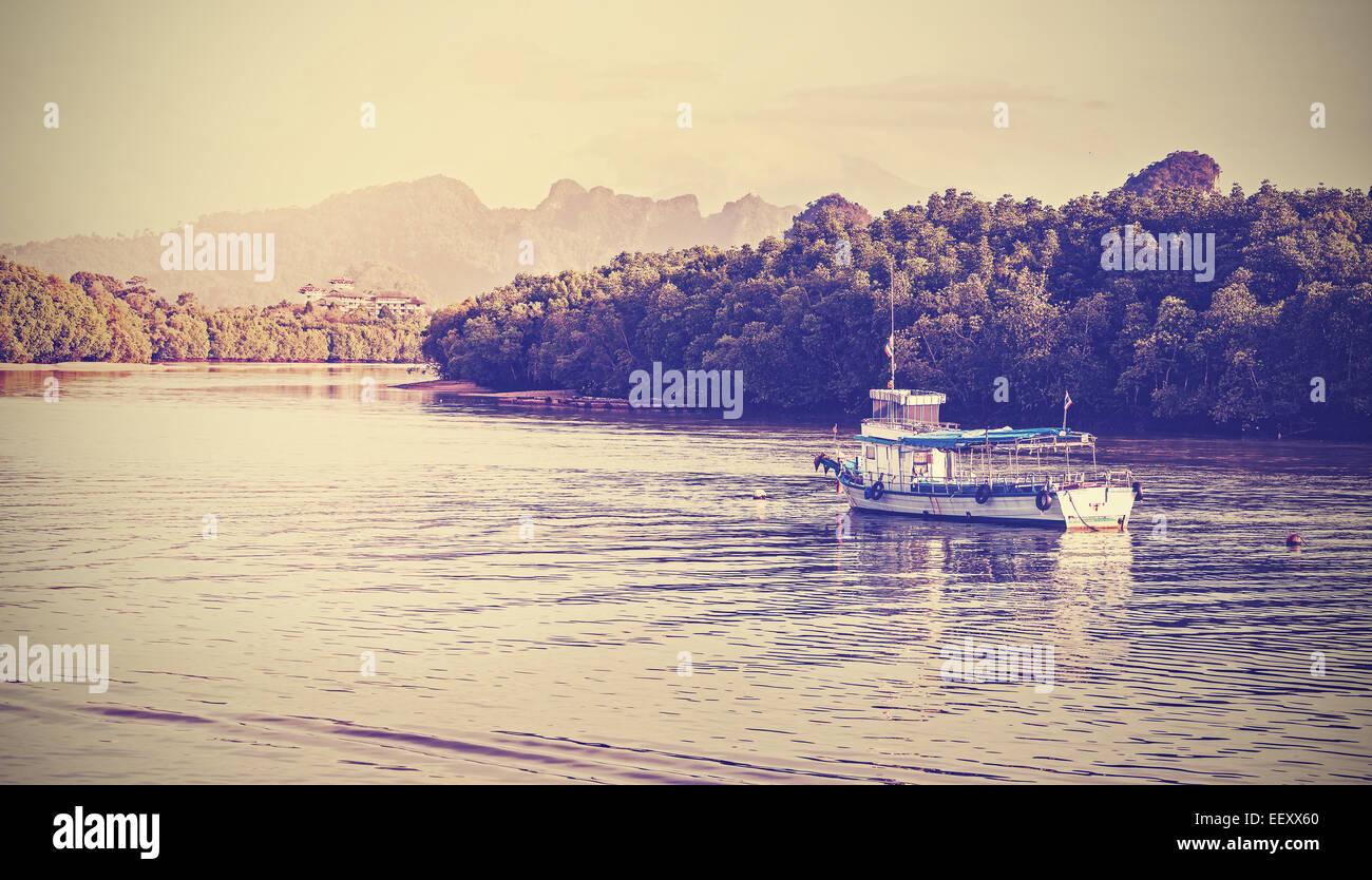 Vintage Retro imagen filtrada de un barco sobre el río Krabi. Imagen De Stock