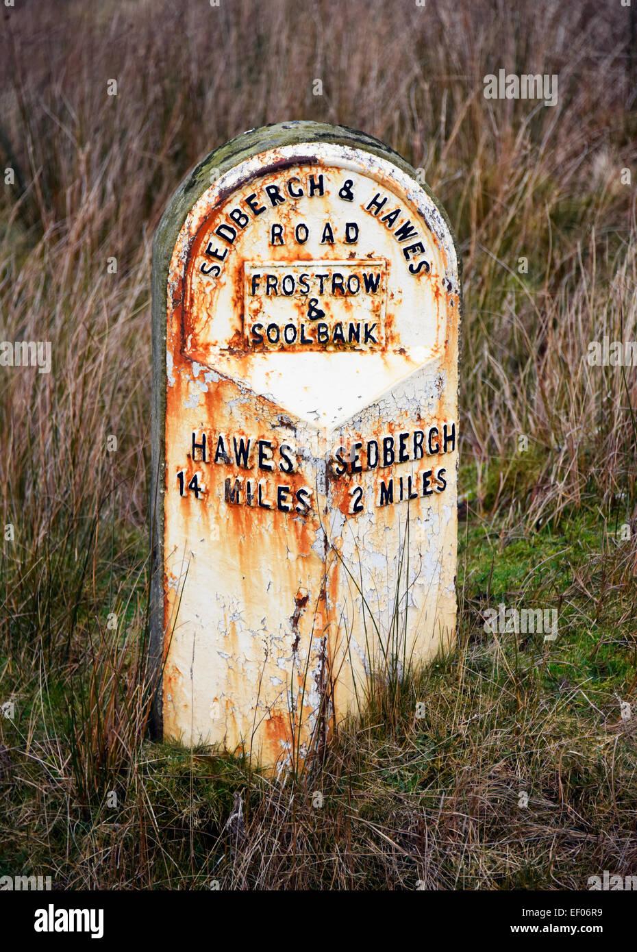 Milepost de hierro fundido. Y Frostrow Soolbank, Cumbria, Inglaterra, Reino Unido, Europa. Foto de stock