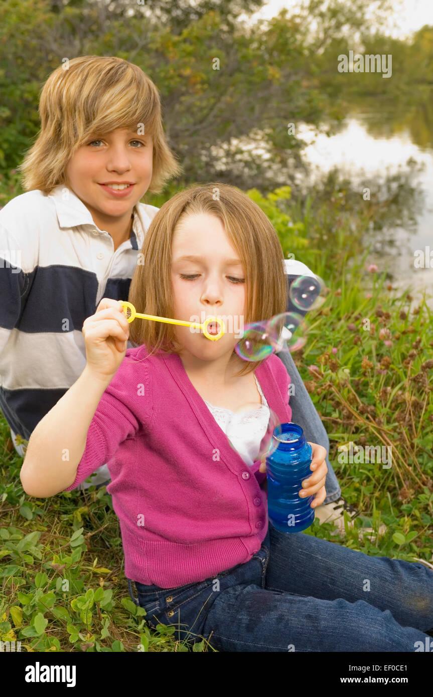 Niña soplando burbujas Foto de stock