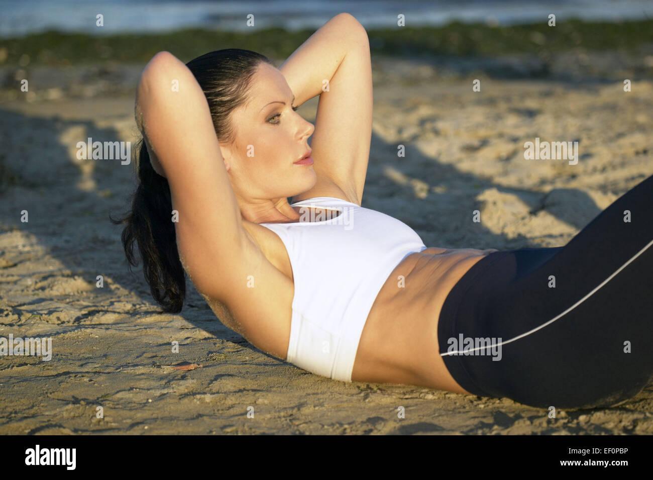 Frau Sportdress Oberkoerper abdominal en la parte superior del cuerpo rizos Bauchmuskeluebung Crunch ABDOMINALES Imagen De Stock