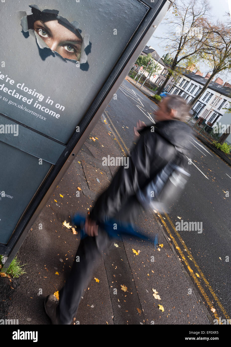 Un par de ojos vigilar de cerca las actividades de la calle desde un teléfono como paseos peatonales. Imagen De Stock