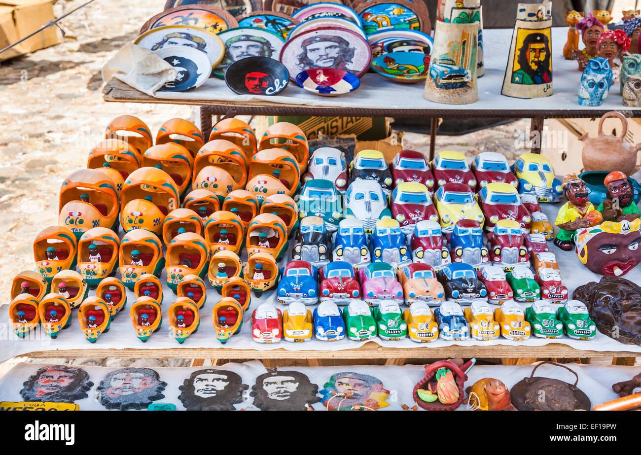 Carretera local típico souvenir cale mostrar modelos de coches cubanos y  coco-taxis para la venta como recuerdos turísticos b08e82a32ae