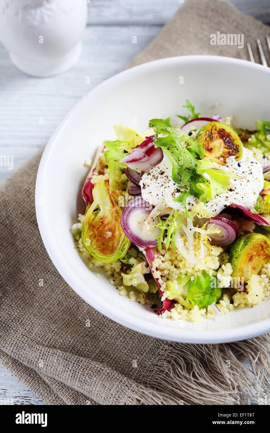 Cuscús con ensalada de verduras, comida Imagen De Stock