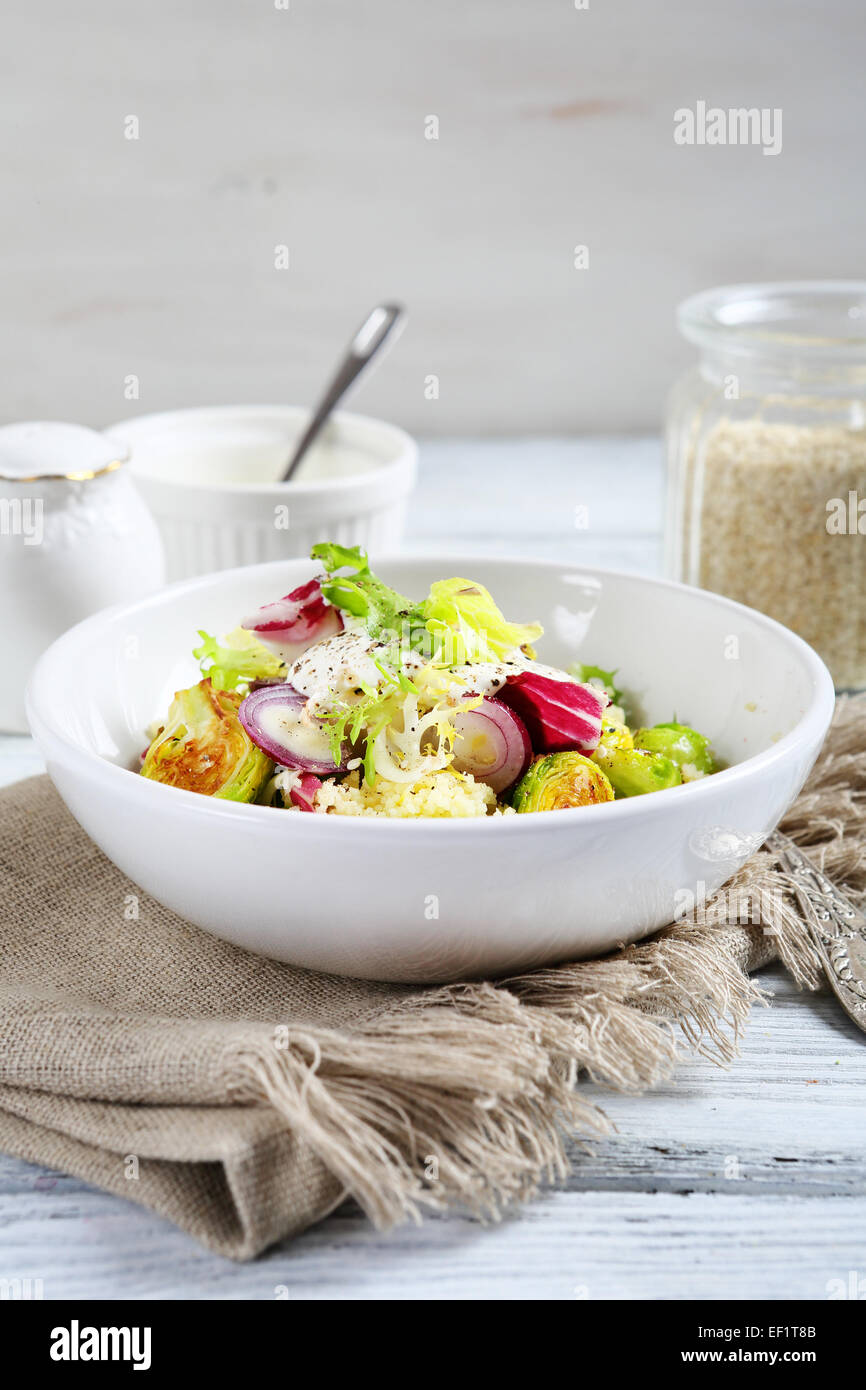 Con cuscús y ensalada de verduras, comida Imagen De Stock
