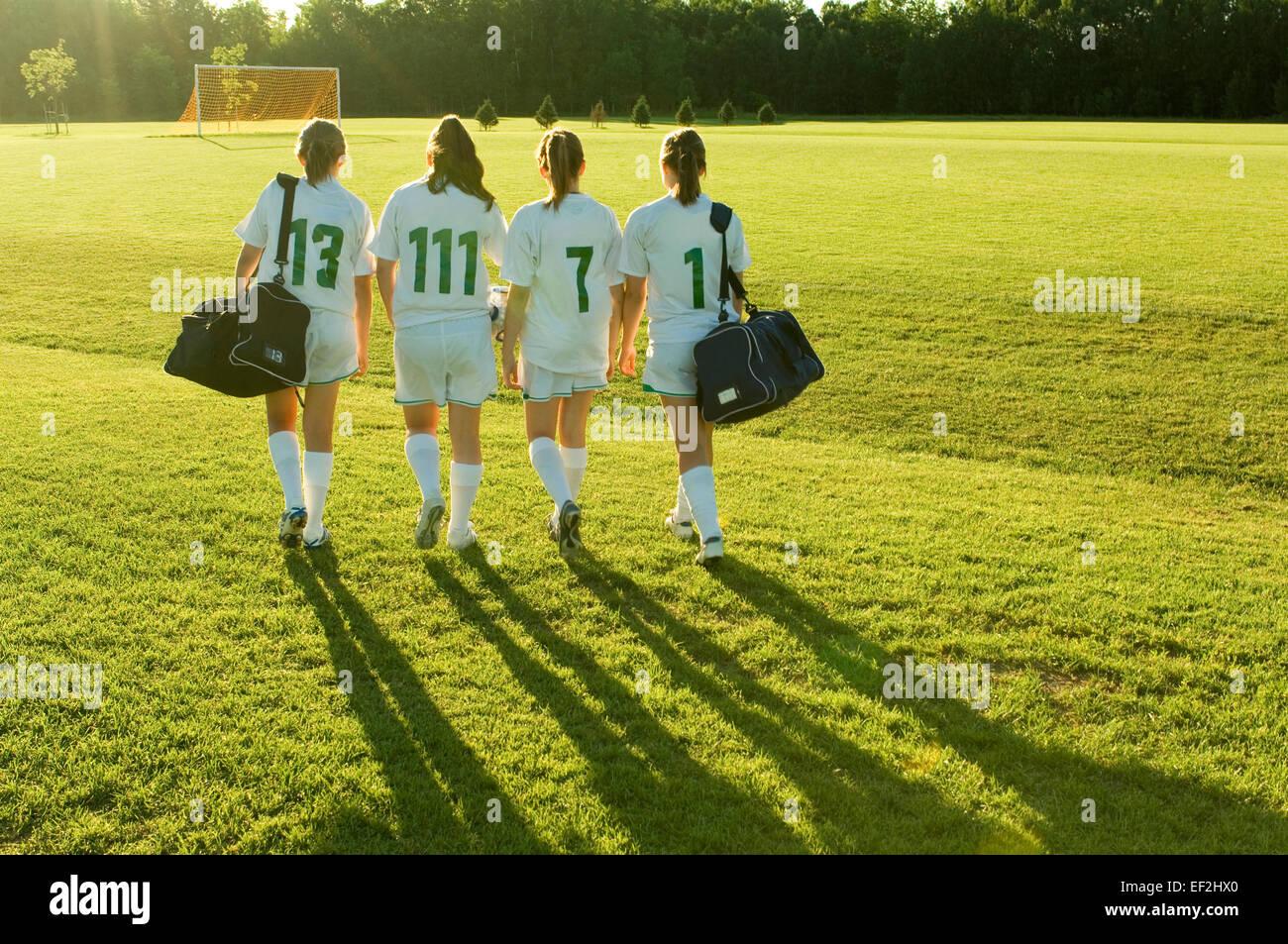 Las niñas en un campo de fútbol Foto de stock