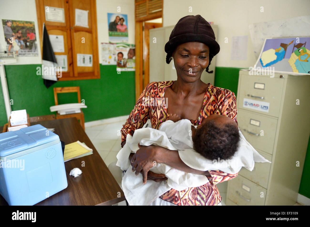 Madre sosteniendo a su hijo recién nacido, centro de salud de Brésilienne, Bainet, Sud-Est (Departamento, Imagen De Stock
