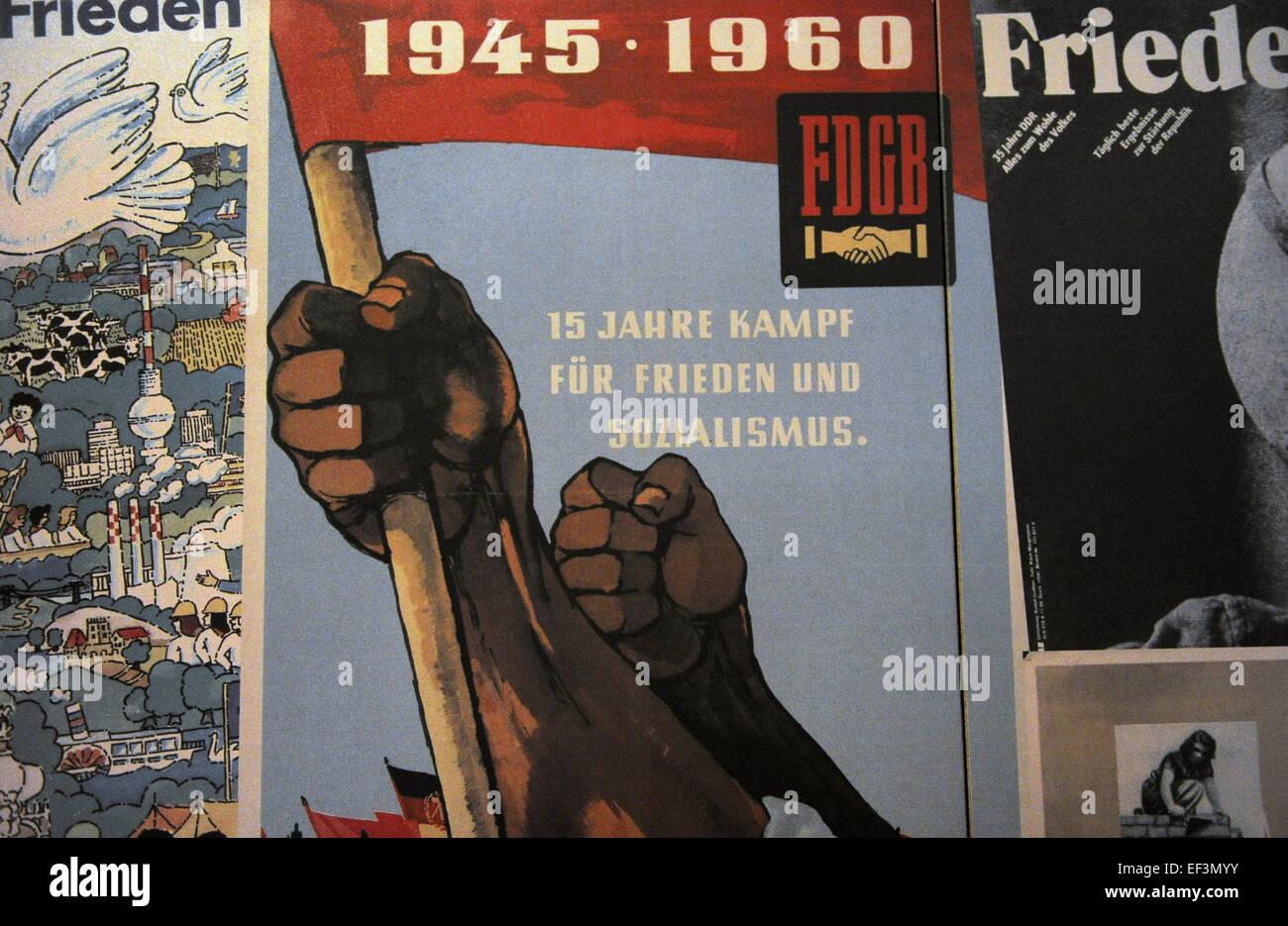 Guerra Fría. Bloque Oriental. Publicaciones de propaganda comunista. Alemania oriental. DDR Museum. Berlín. Imagen De Stock