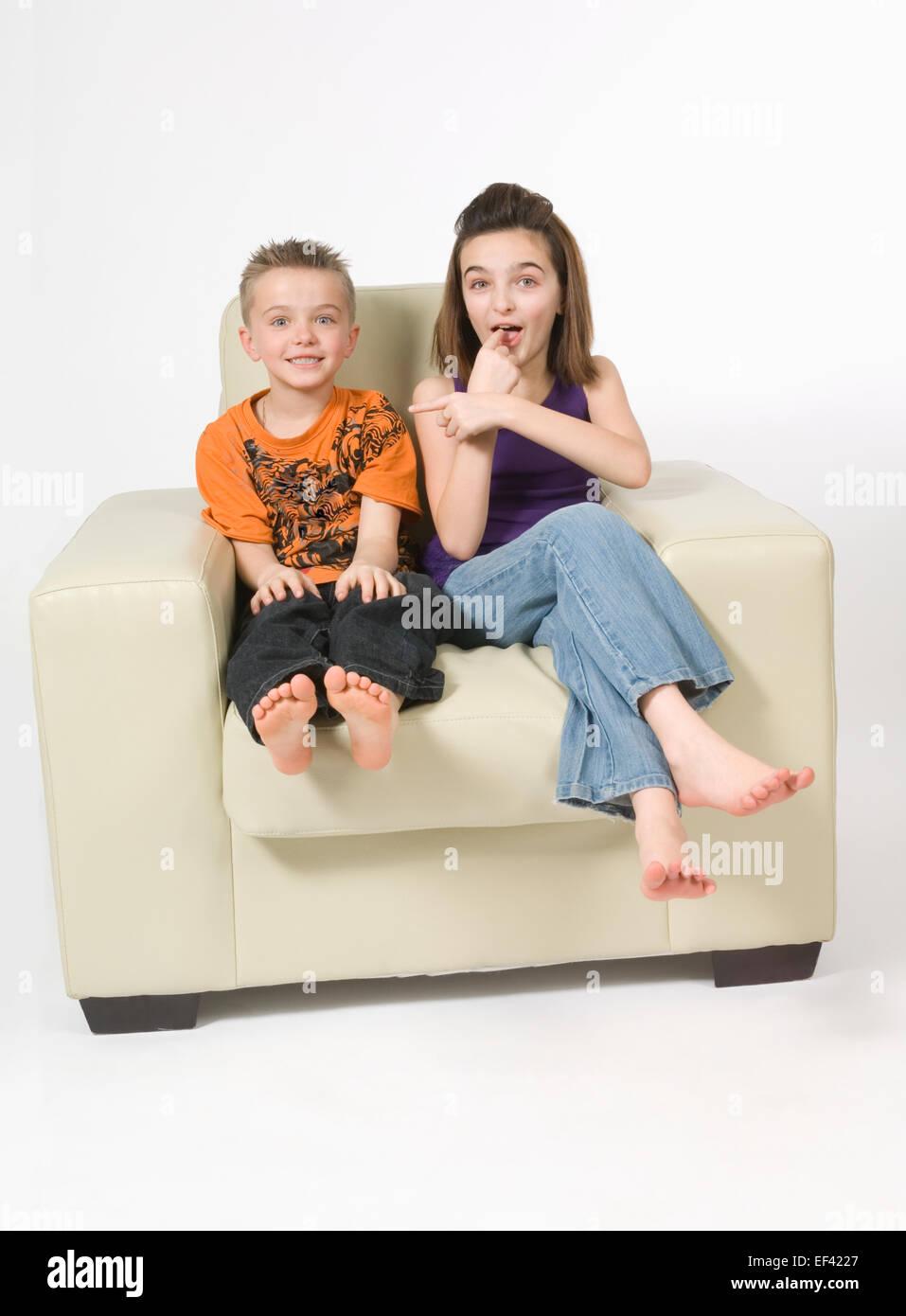 Hermanos sentados juntos Foto de stock