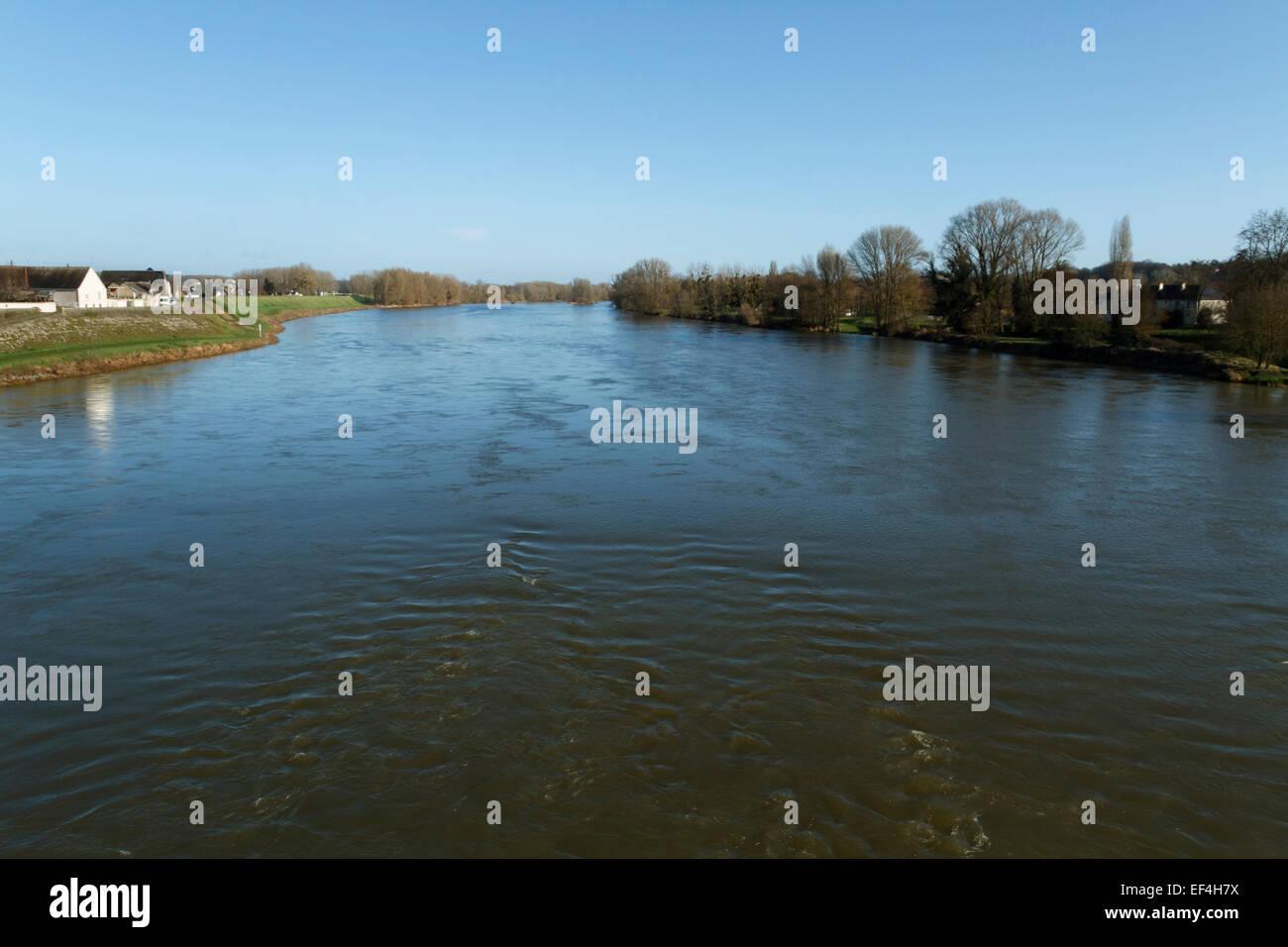 Campo con agua y casas, el río Loira, cerca de Amboise, Indre et Loire, Francia. Imagen De Stock