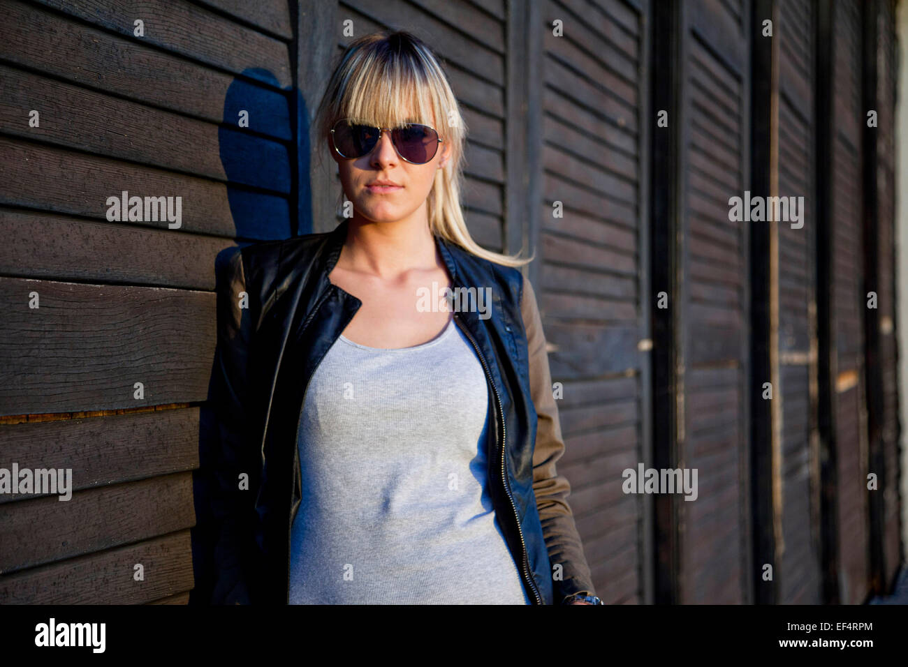 Retrato de mujer joven con gafas de sol Imagen De Stock