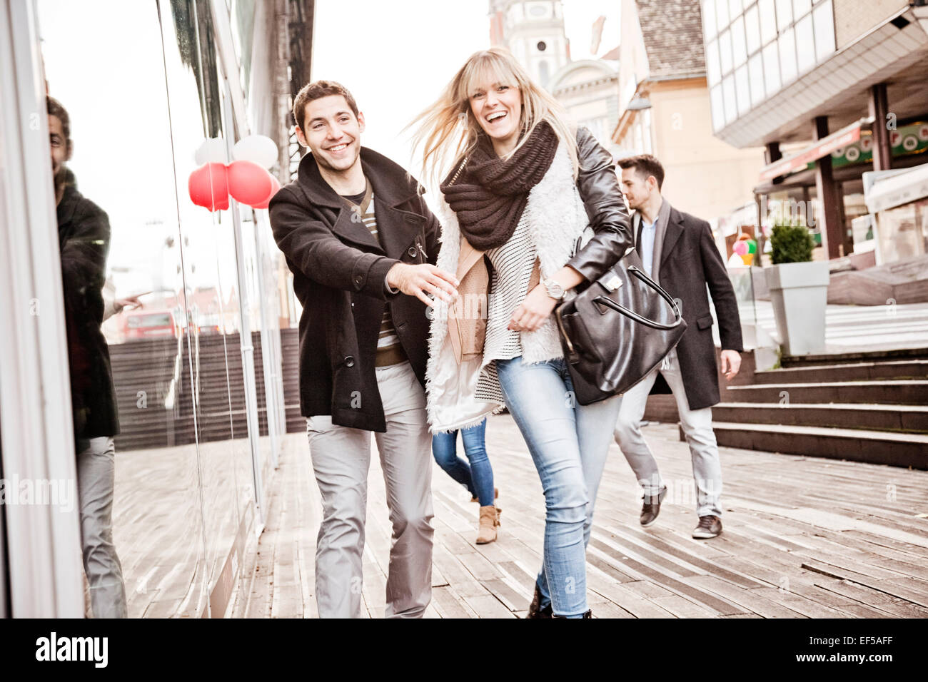 Grupo de Amigos divirtiéndose en compras Imagen De Stock