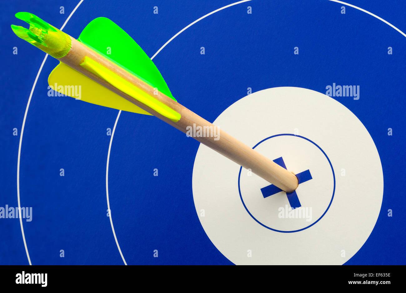 Flecha de madera único en el centro de azul y blanco. Imagen De Stock