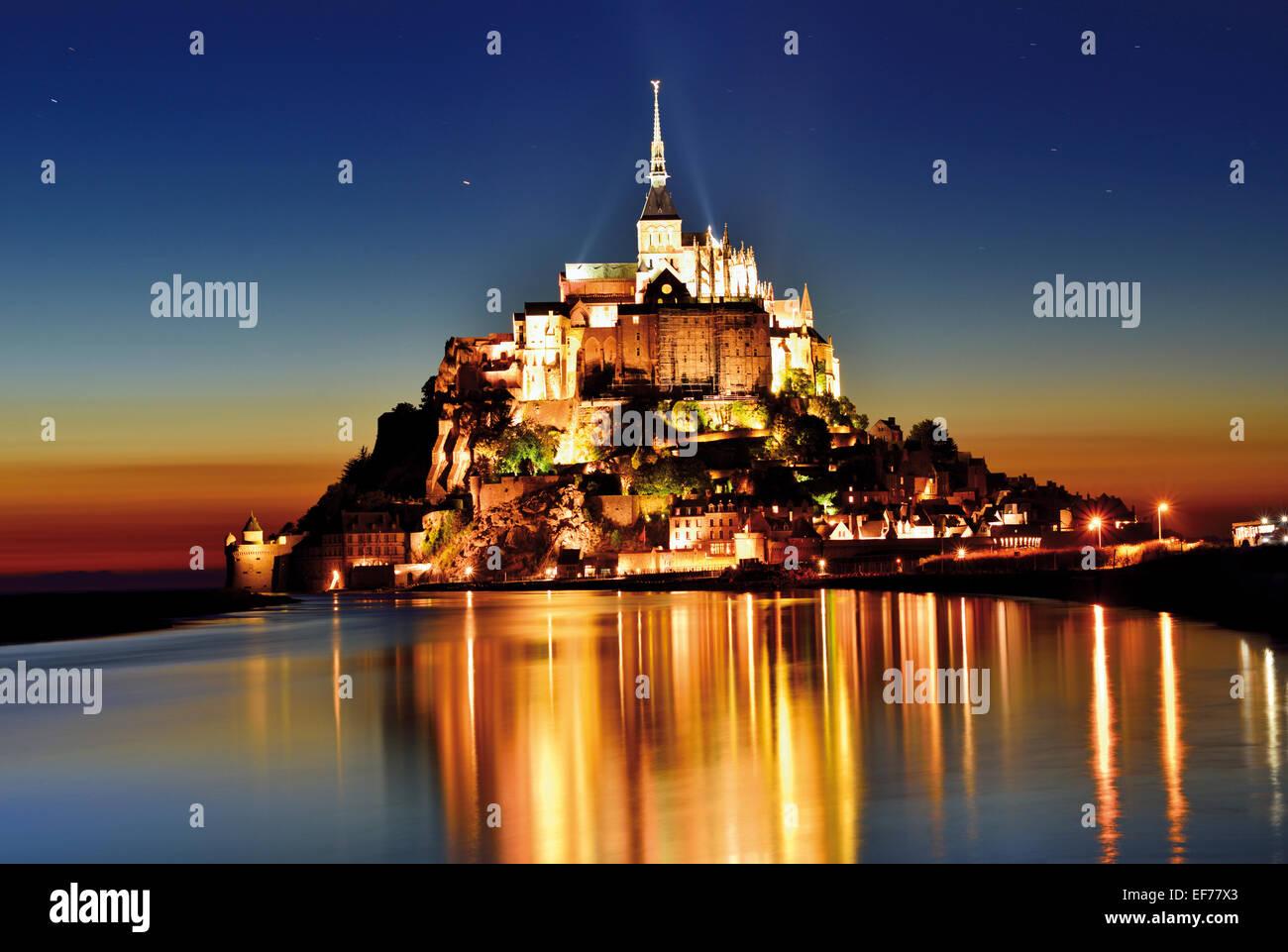 Francia, Normandía: vista escénica de Le Mont Saint Michel por la noche Imagen De Stock