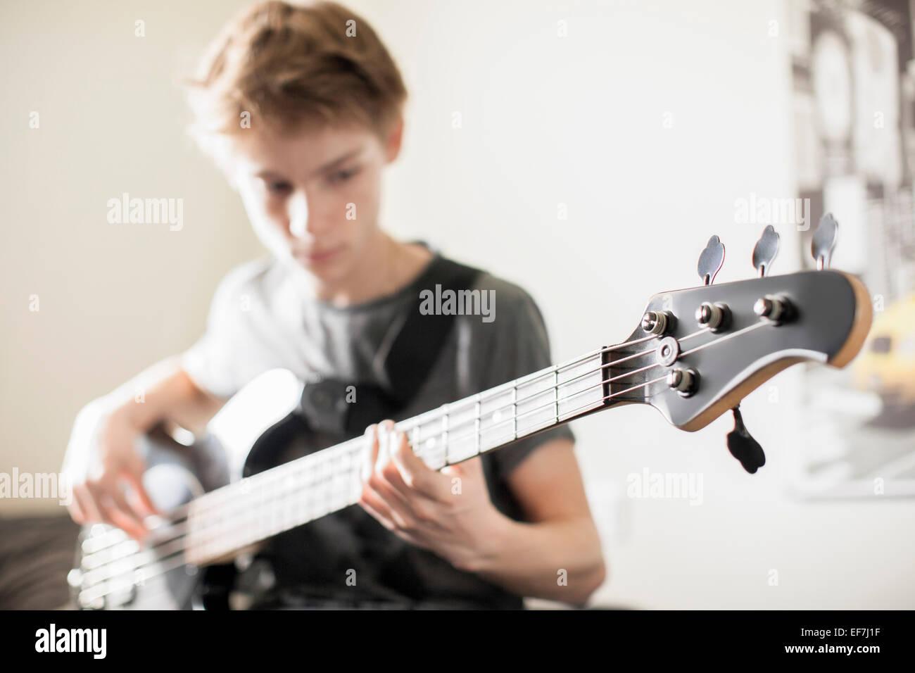 Adolescente tocando una guitarra Imagen De Stock