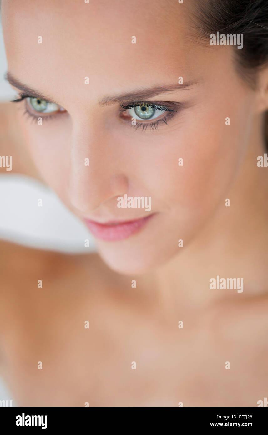 Cerca de una hermosa mujer posando Imagen De Stock