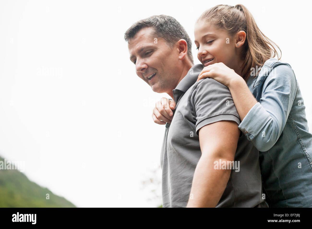 Padre e hija disfrutando en un parque Foto de stock