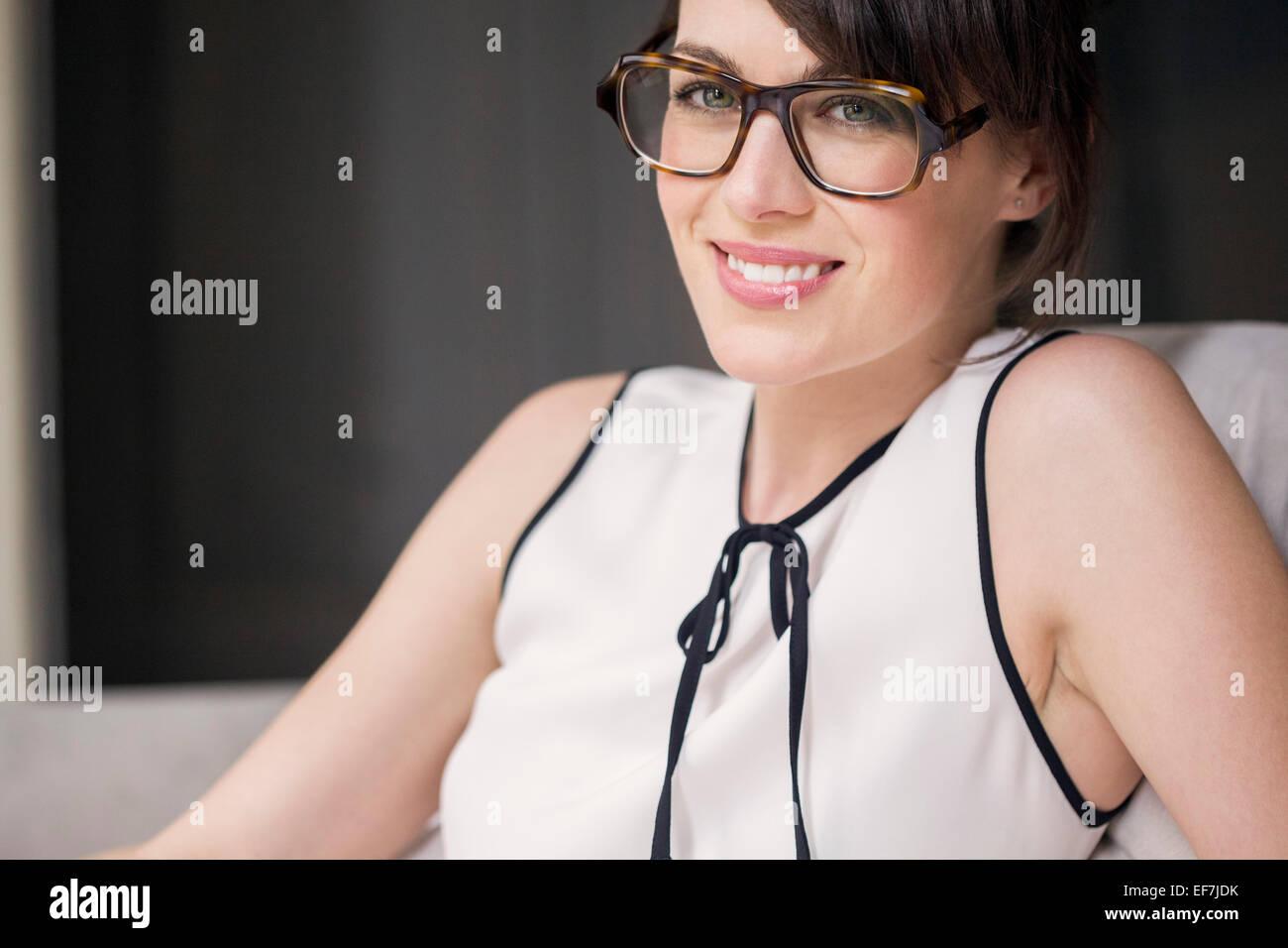 Retrato de una hermosa mujer sonriente Imagen De Stock