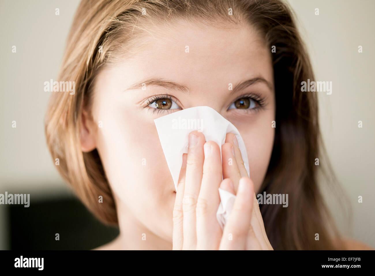 Chica limpiando la nariz con un pañuelo Imagen De Stock