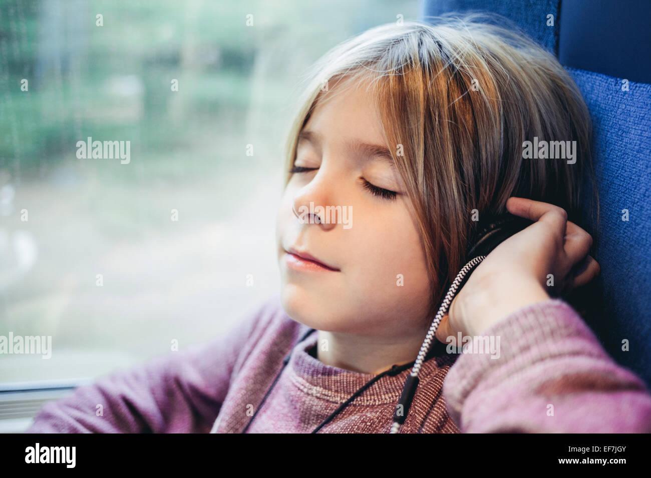 Chico escuchando música Foto de stock