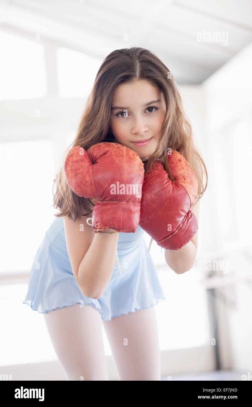 Chica con guante de boxeo Foto de stock