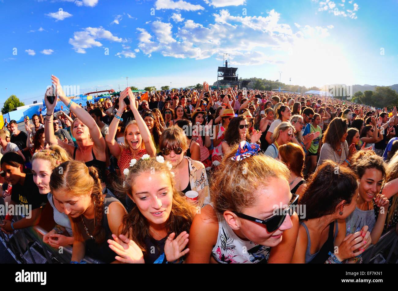 BENICASSIM, España - 20 de julio: multitud en un concierto en el FIB Festival en julio 20, 2014 en Benicassim, Imagen De Stock