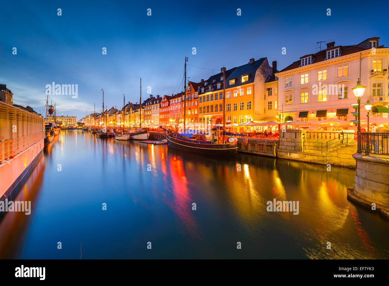 Copenhague, Dinamarca, en el Canal de Nyhavn. Foto de stock