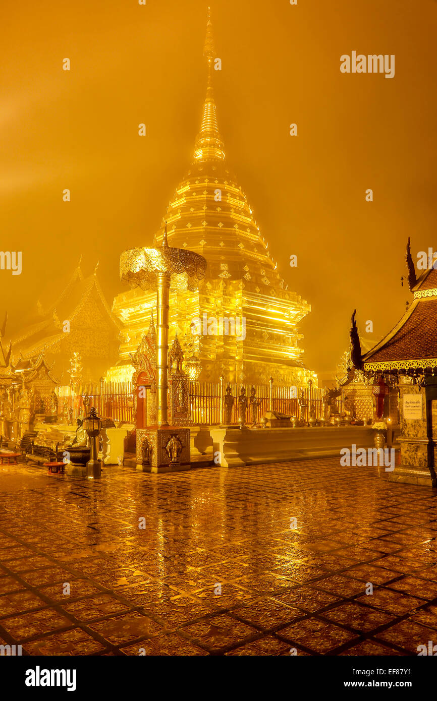 Estupa dorada, Wat Phrathat Doi Suthep, pico, Chiang Mai, Tailandia Imagen De Stock