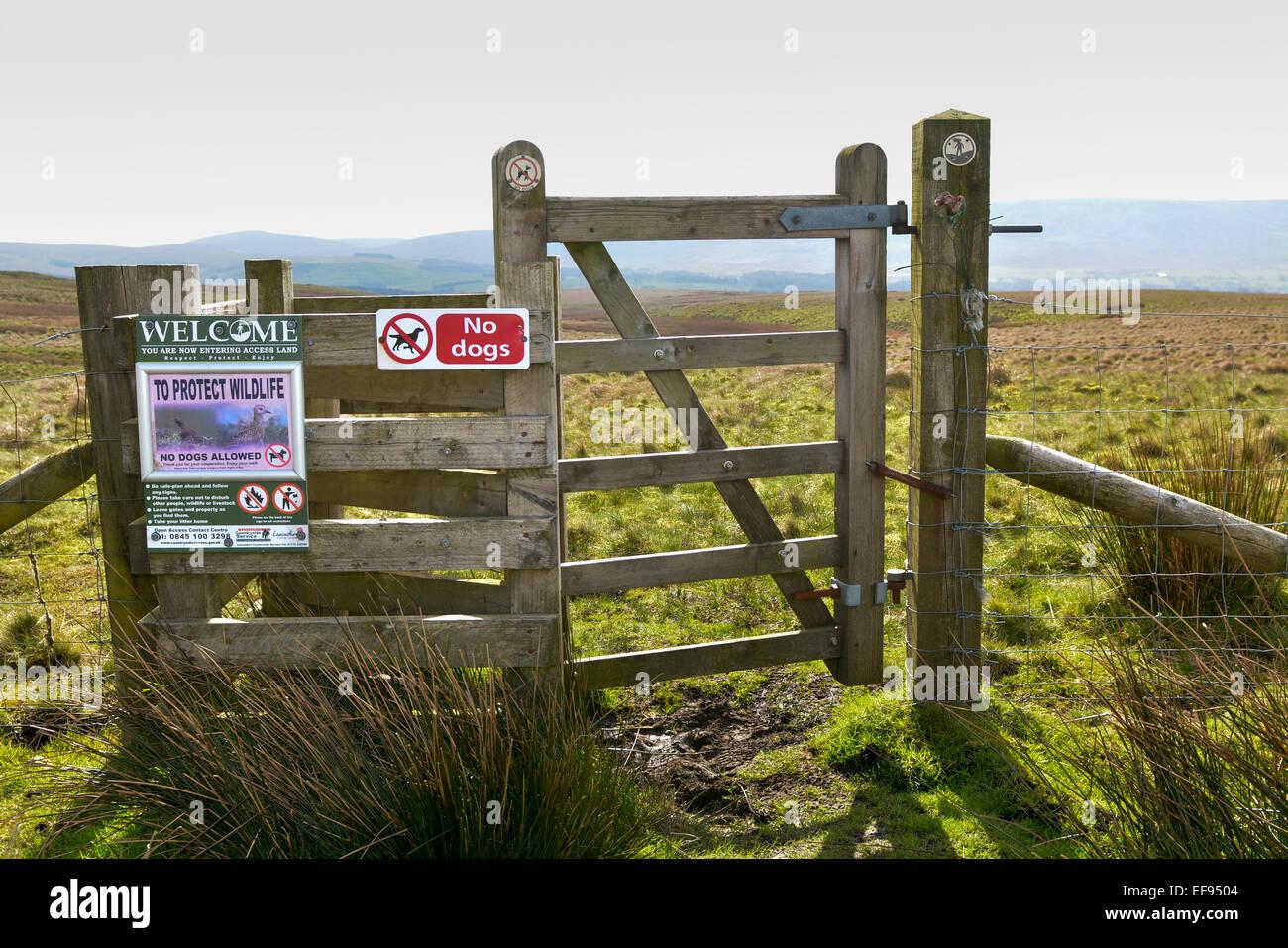 Puerta de acceso en páramos, con orientación signos, Lancashire, Reino Unido. Imagen De Stock