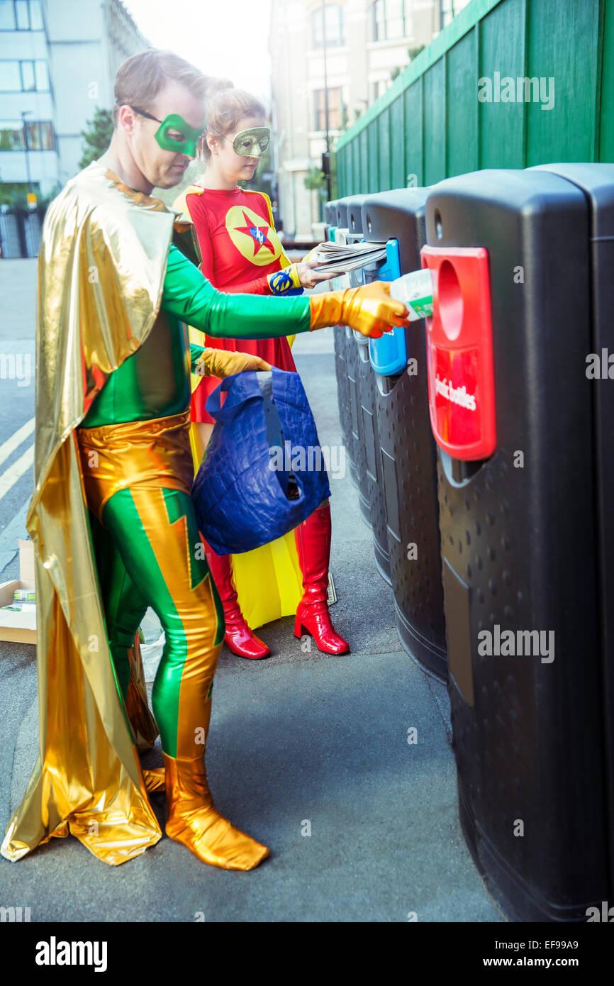 Pareja de superhéroes reciclado sobre las aceras de la ciudad Imagen De Stock