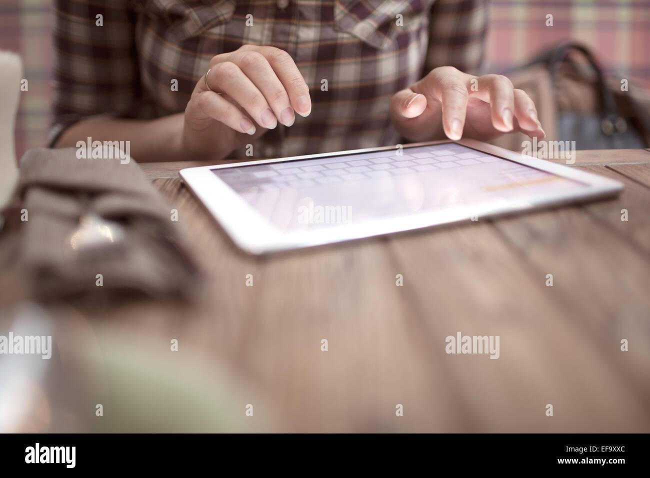 Mujer en el café escribiendo en el teclado táctil Imagen De Stock