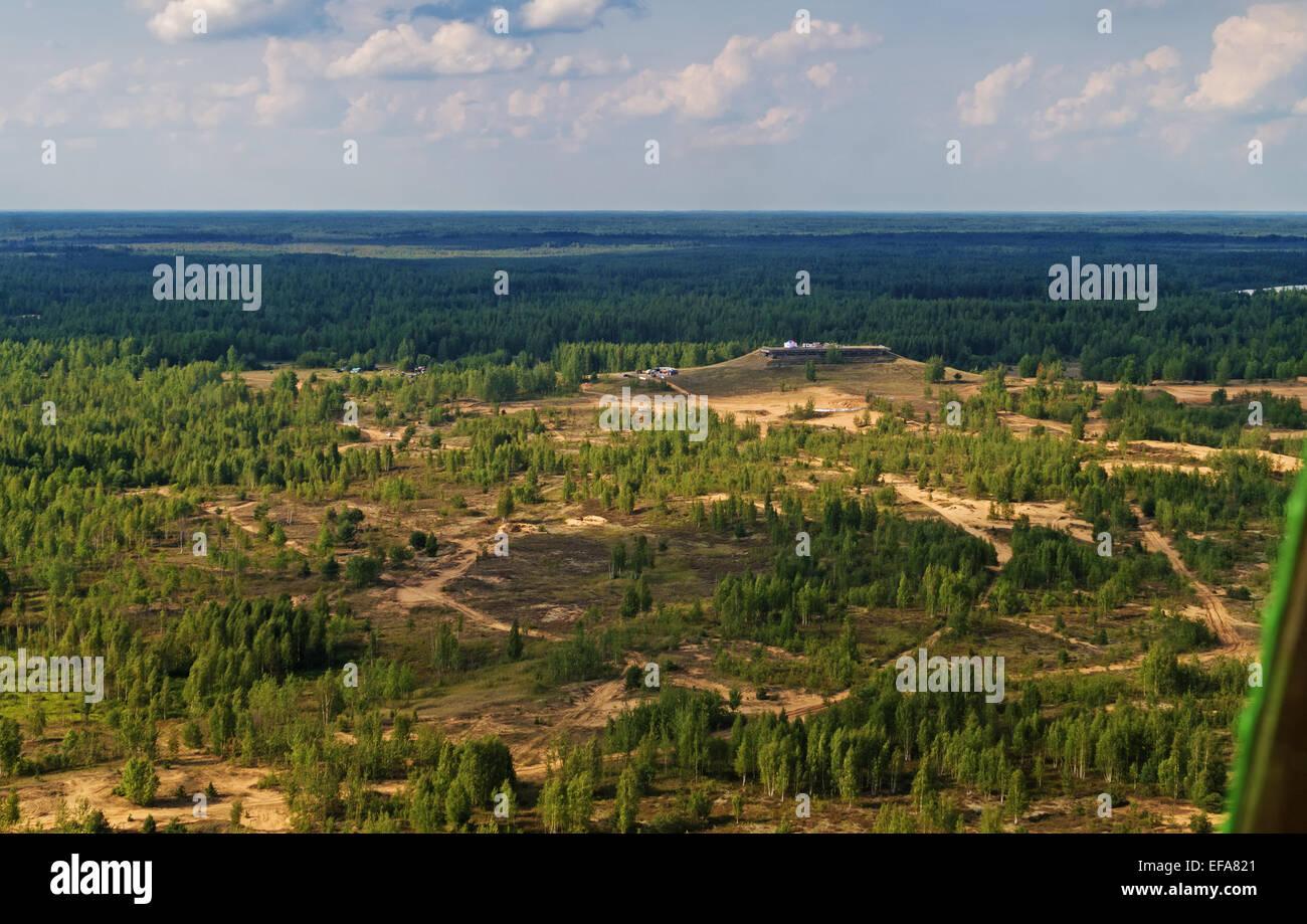 """Vuelo en helicóptero sobre el lugar de inicio y el final del rallye-raid de automóviles """"Belarús -Baha - 2014"""". Foto de stock"""