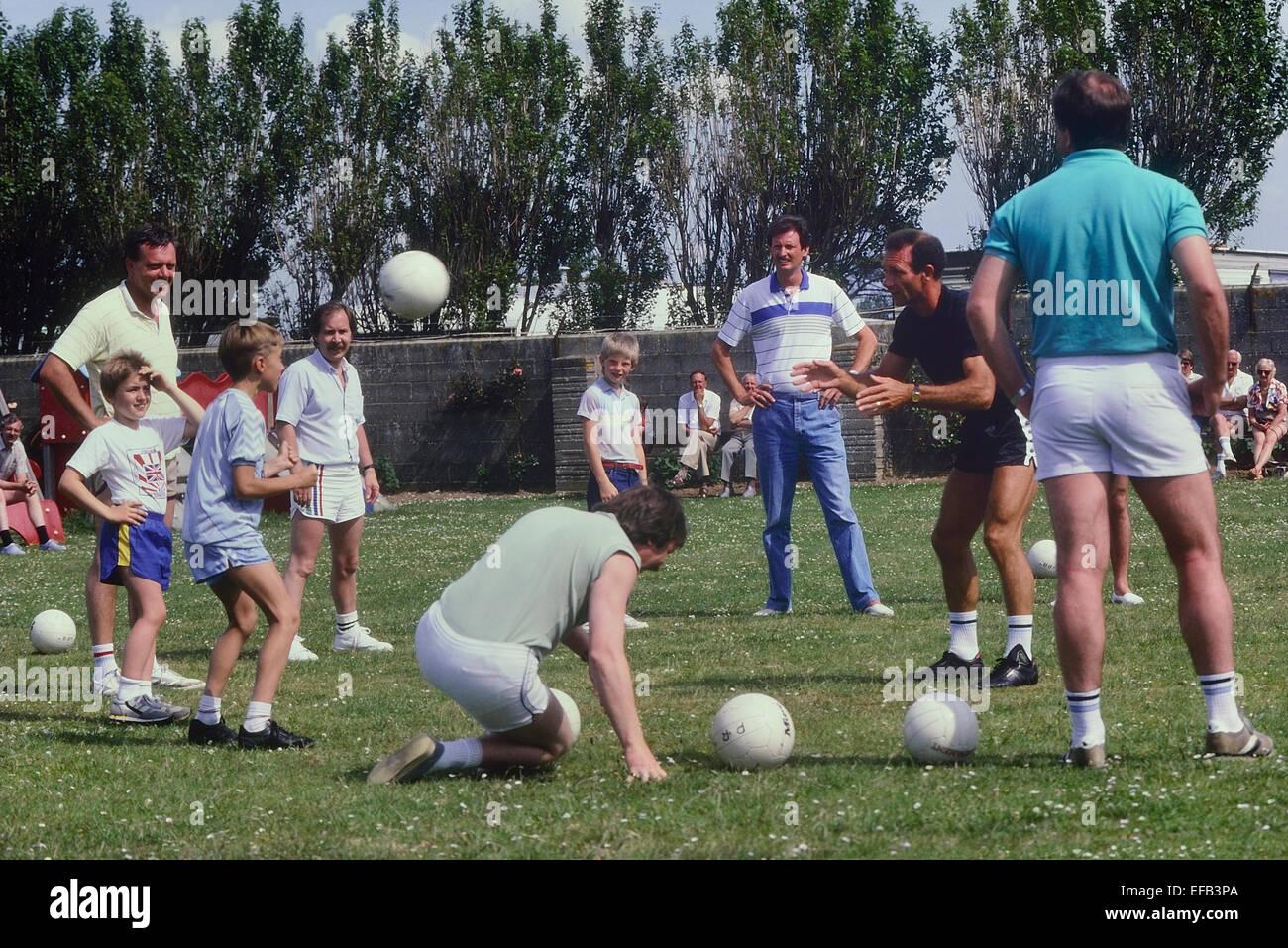 El ex futbolista de Leeds United y de Inglaterra Paul Reaney coaching Pontins fútbol en el campamento de vacaciones. Imagen De Stock