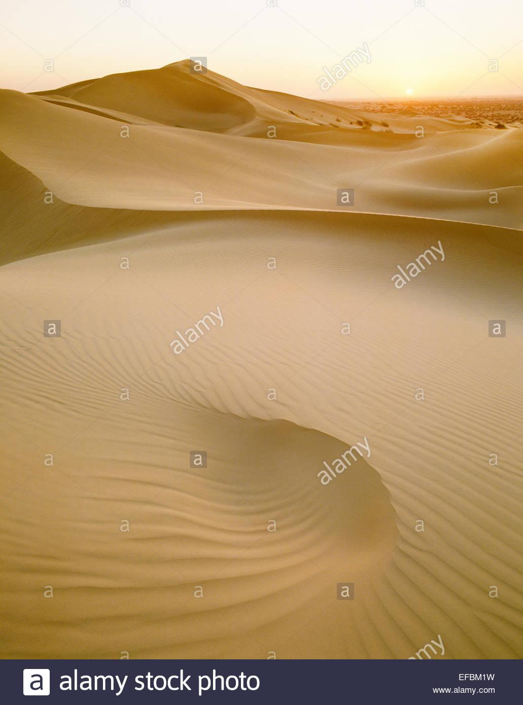Puesta de sol sobre las dunas de arena en el Pinacate Reserva. En el estado de Sonora, México. Imagen De Stock